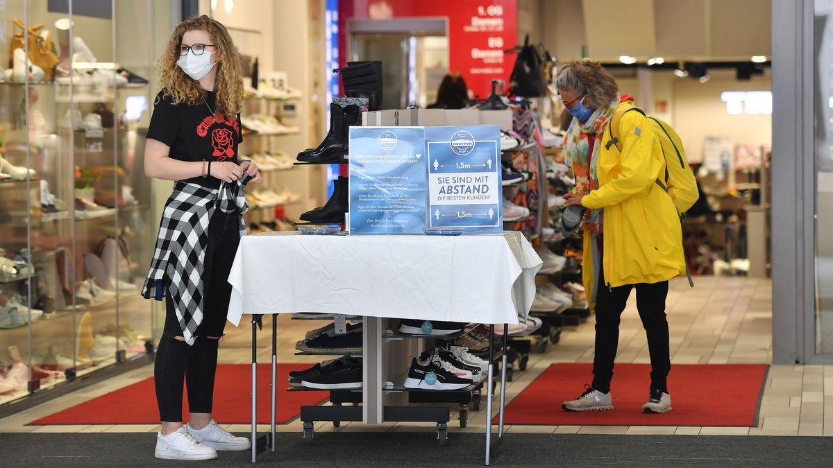 Auch in dem Münchner Schuhgeschäft wird wohl weiterhin die Maskenpflicht gelten.