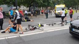 Verletzte Fahrradfahrer auf der Straße vor dem Parlament in London | Bild:Bayerischer Rundfunk 2018