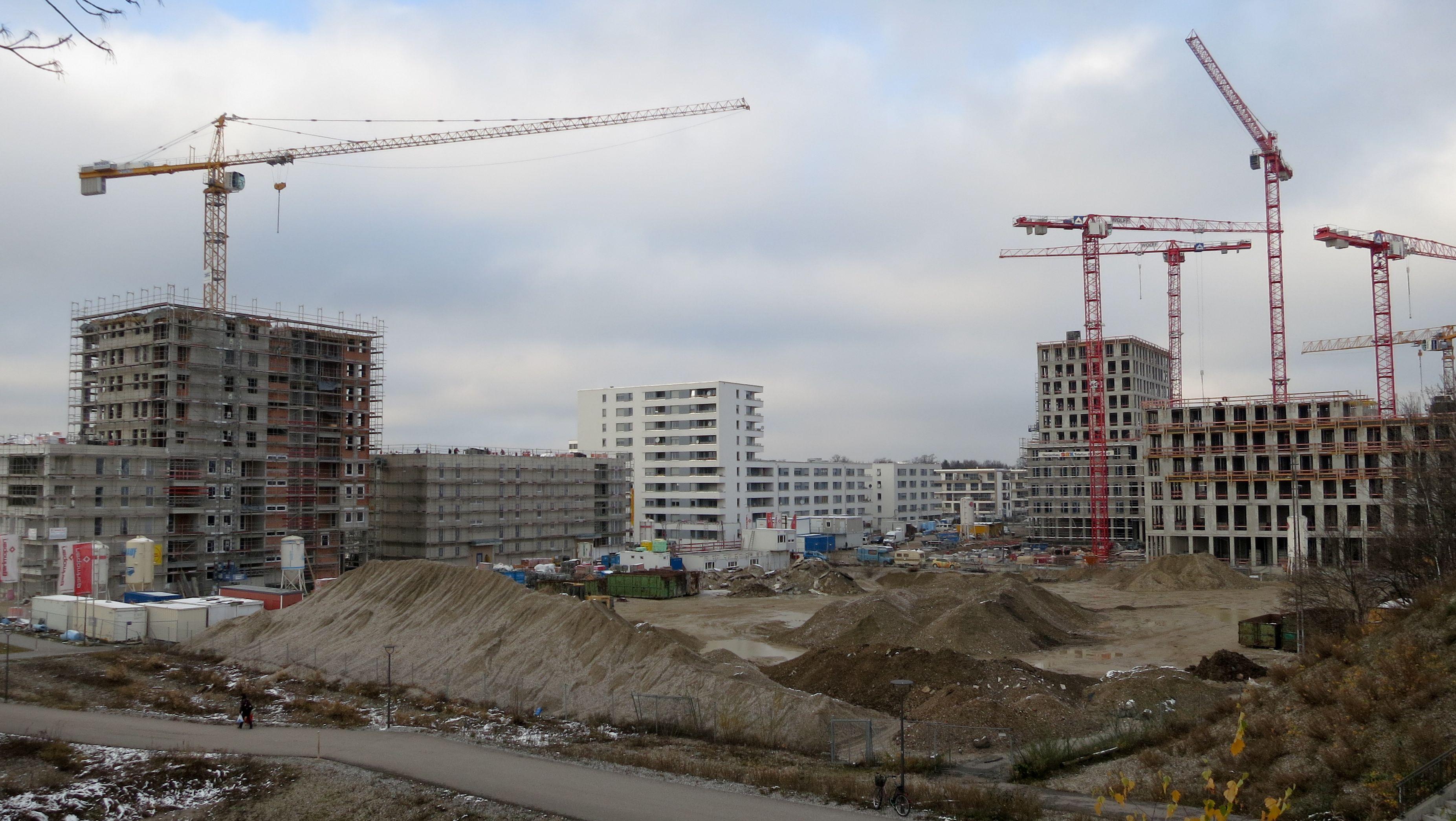 Baustelle in München am Hirschgarten - hier entstehen auch Sozialwohnungen (Archivbild)