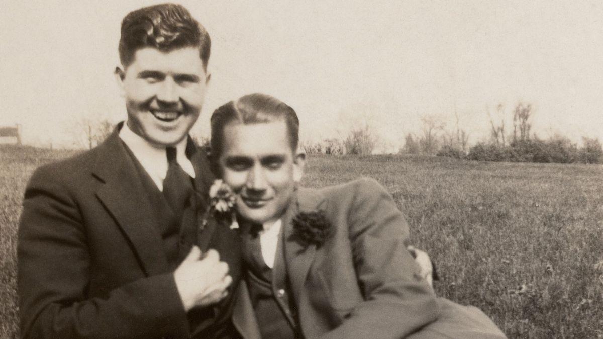 Zwei Männer mit Blumen am Revers