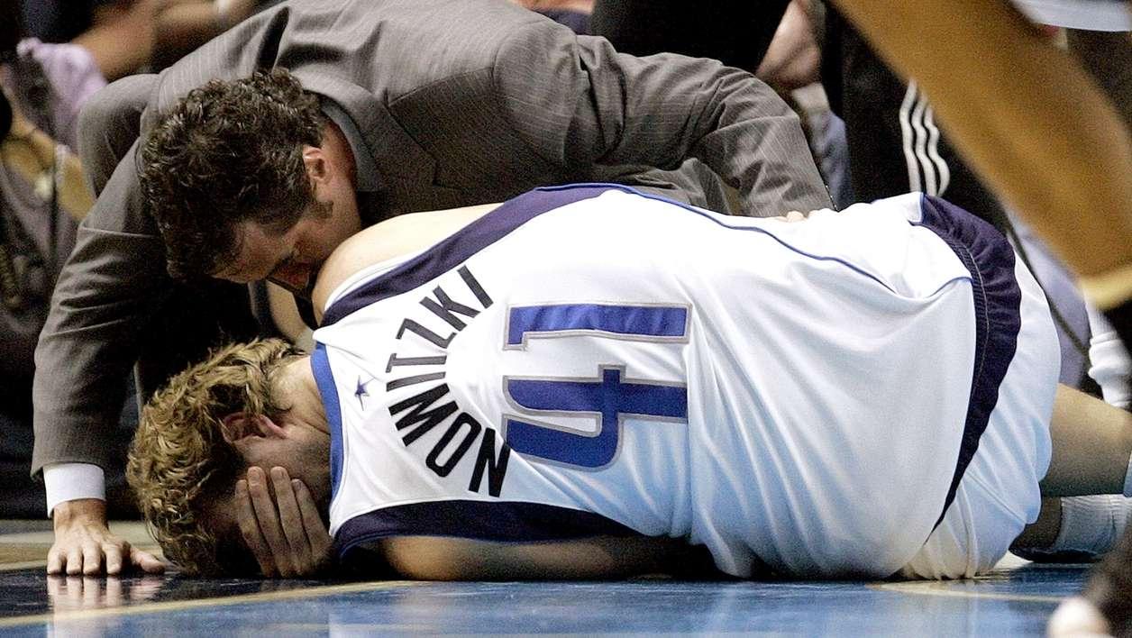 Dirk Nowitzki verletzt am Boden