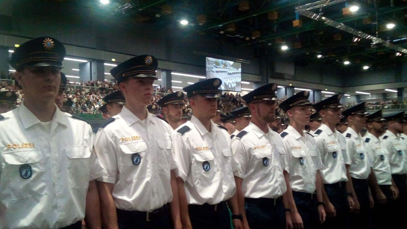 Mehr als 1.600 junge Polizisten wurden heute in Nürnberg vereidigt.