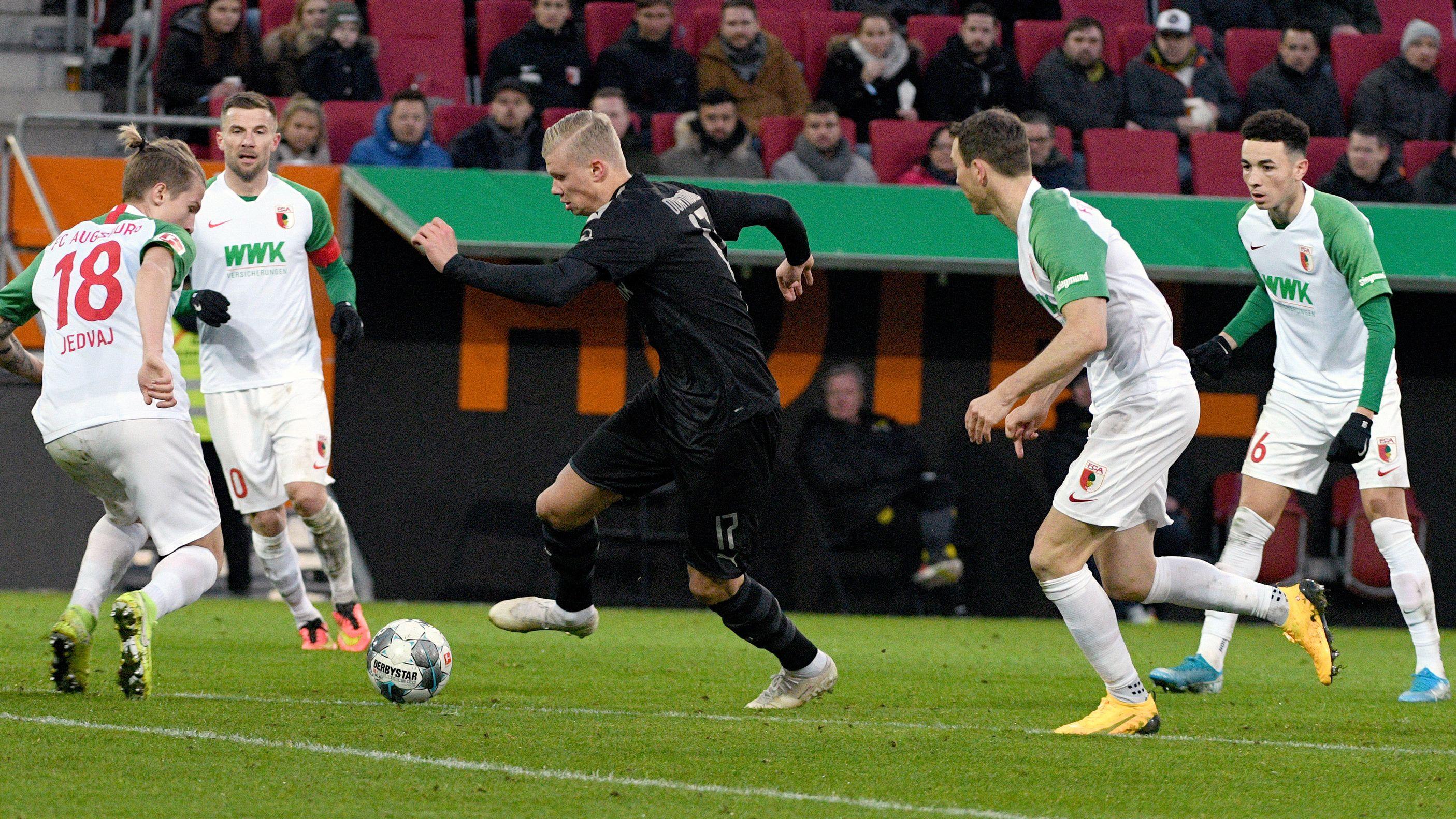 Vier Augsburger lassen den BVB-Neuzugang Erling Haaland ziehen.