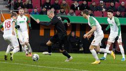 Vier Augsburger lassen den BVB-Neuzugang Erling Haaland ziehen. | Bild:dpa-Bildfunk/Stefan Puchner