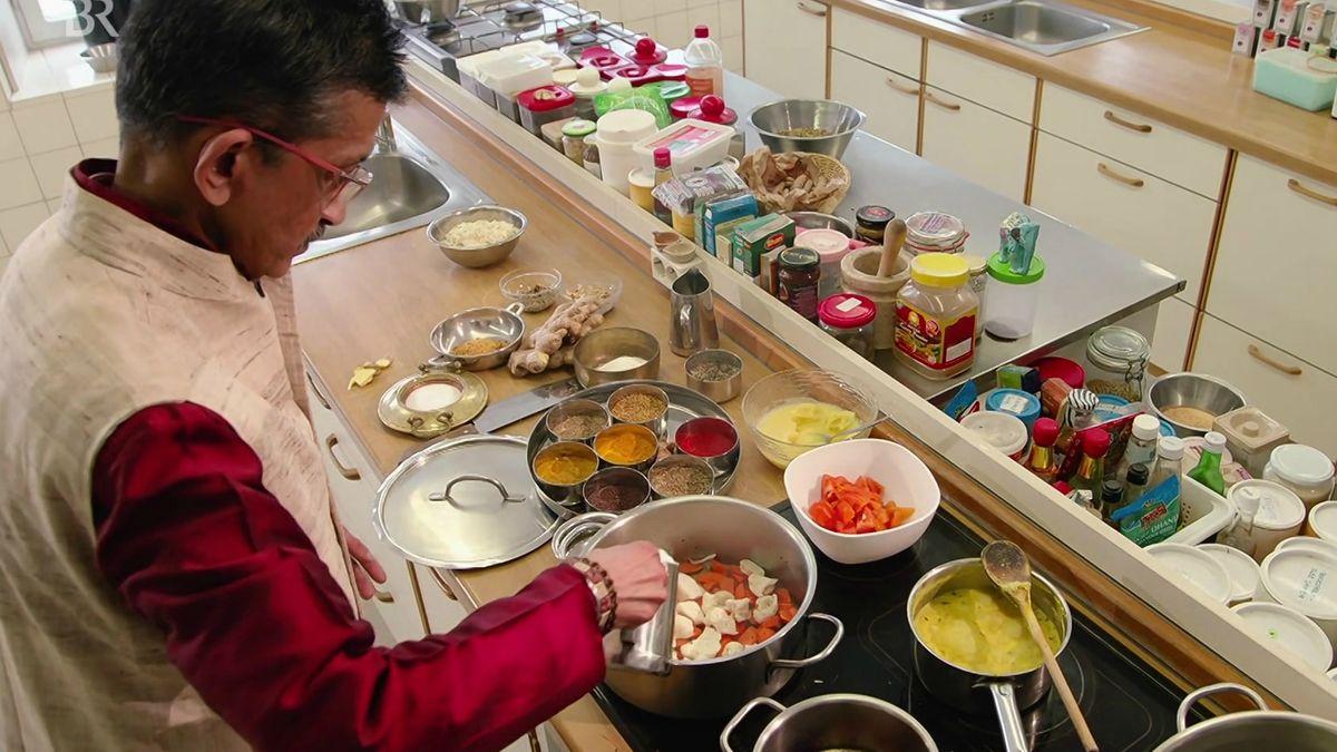 Ayurveda-Koch Nicky Sitaram Sabnis in seiner Küche im Kloster Frauenwörth