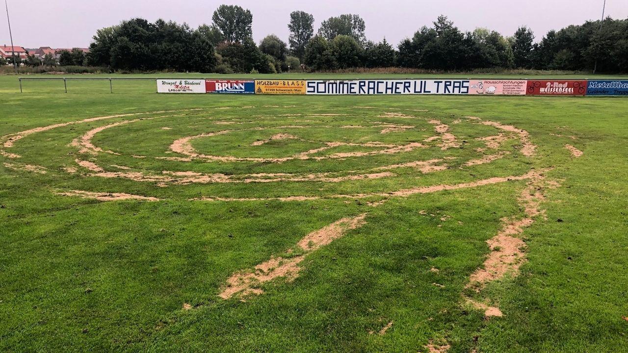 Verwüsteter Fußballplatz in Sommerach.