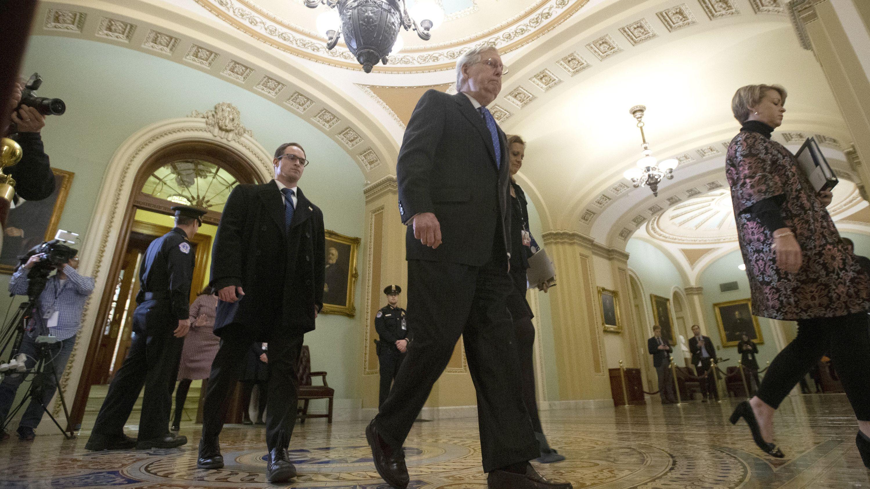Mitch McConnell, republikanischer Mehrheitsführer im Senat, verlässt während einer Pause im Rahmen des Amtsenthebungsverfahrens den Senatssaal.