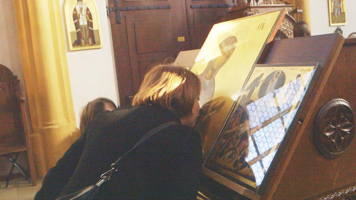 Die Gläubigen küssen die Heiligenbilder.