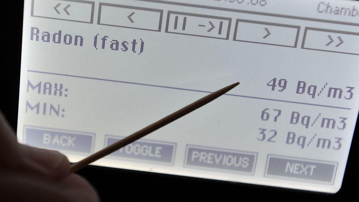 Ein Radonmessgerät misst eine Radonbelastung von 49 Becquerel pro Kubikmeter.