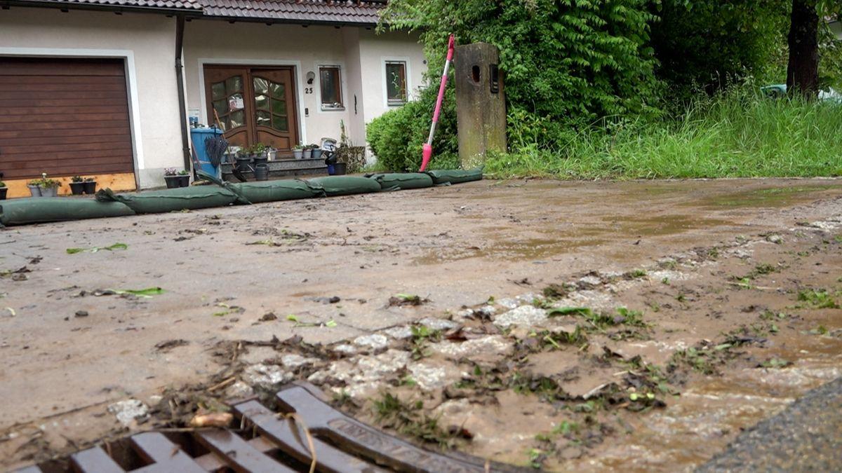 Übrig bleibt viel Schlamm nach sintflutartigen Regenfällen am Wochenende. Betroffenes Grundstück in Sindlbach, Landkreis Neumarkt i.d. Oberpfalz