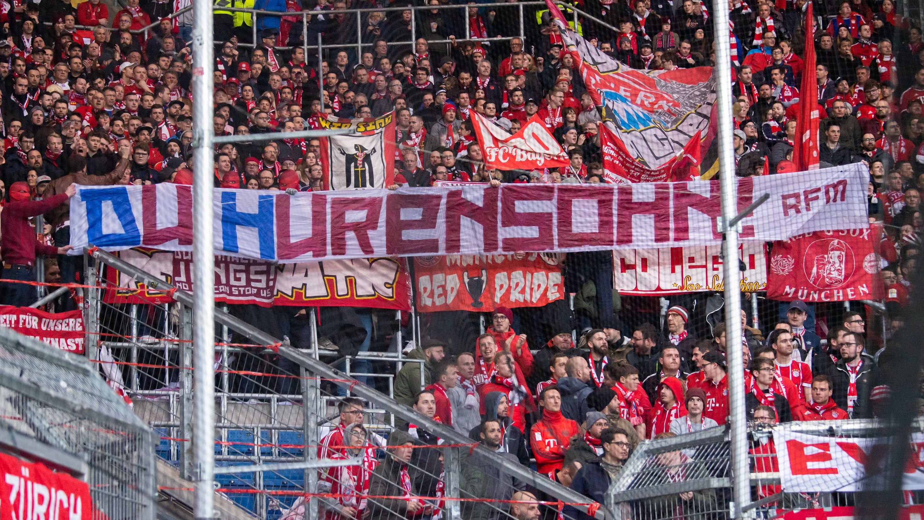Schmähplakate der Bayern-Fans im Fußballstadion mit der Aufschrift Hurensohn