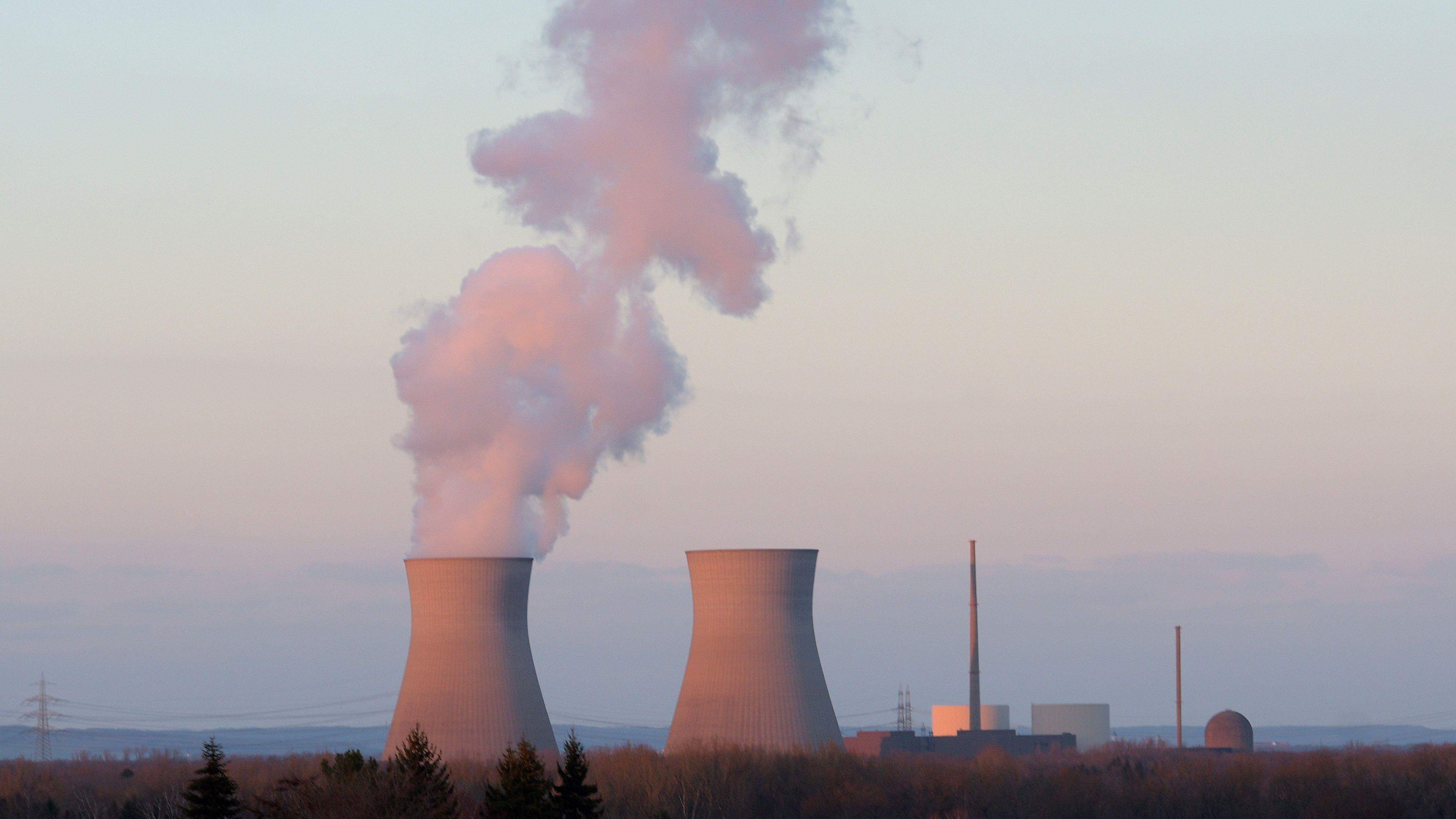 Am Atomkraftwerk Gundremmingen kommt am 19.03.2019 aus dem Kühlturm des Blocks C Wasserdampf. Die beiden anderen Reaktoren sind stillgelegt.