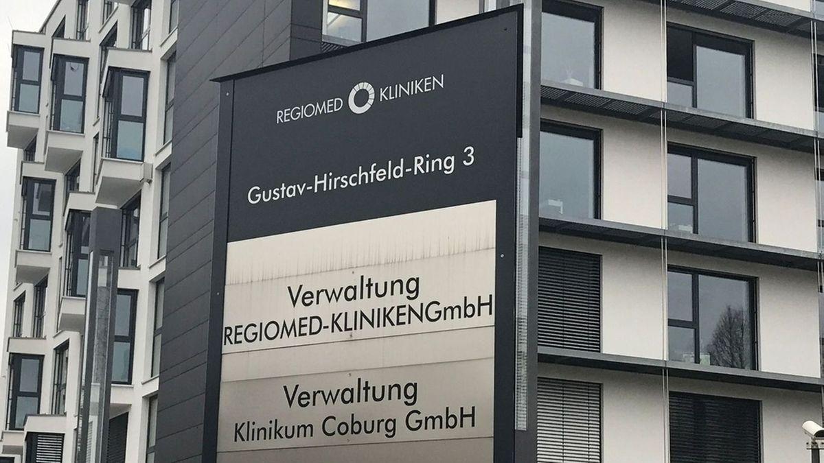 """Ein Schild mit der Aufschrift """"Verwaltung Regiomed-Kliniken GmbH"""" vor einem Gebäude."""