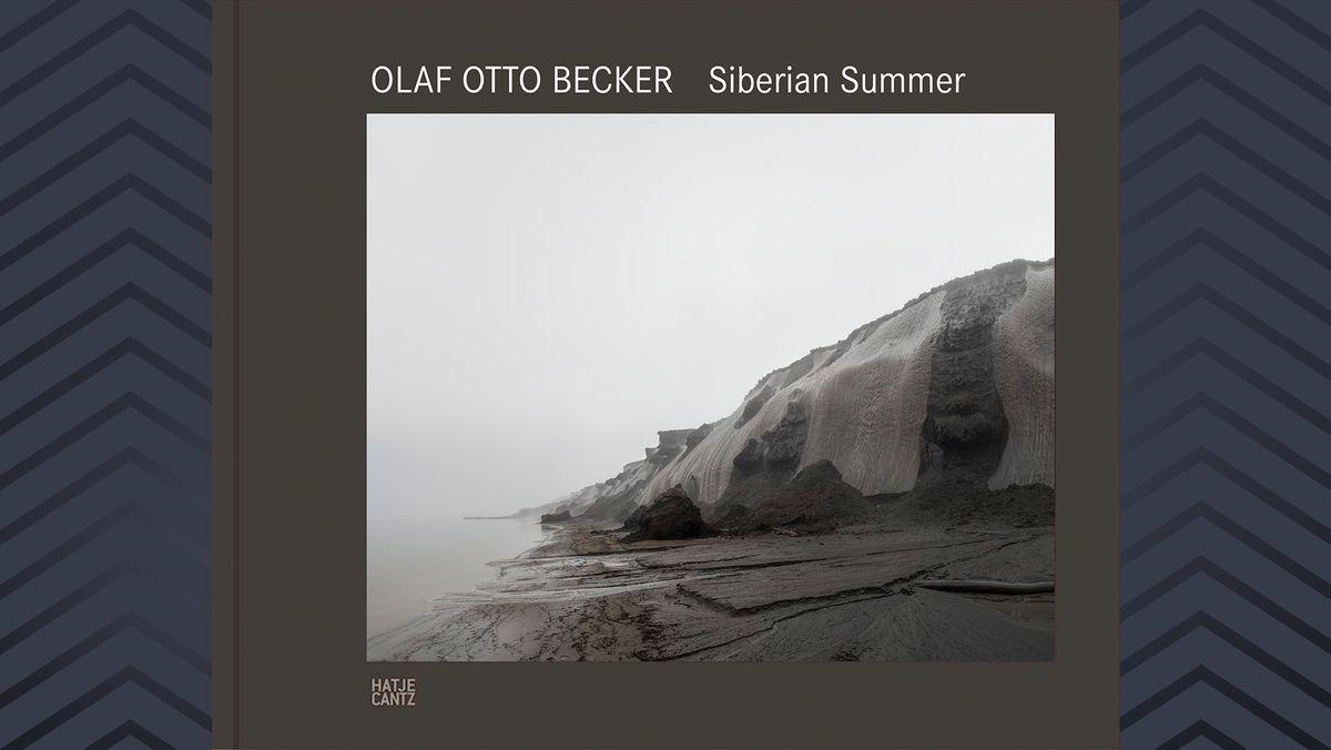 """Buchcover des Fotobands """"Siberian Summer"""" von Olaf Otto Becker mit einer Permafrost Klippe"""