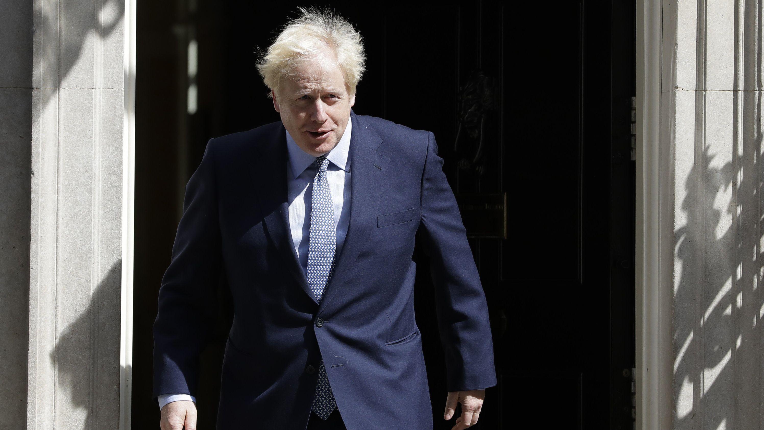 Boris Johnson, Premierminister von Großbritannien, kommt aus der 10 Downing Street.