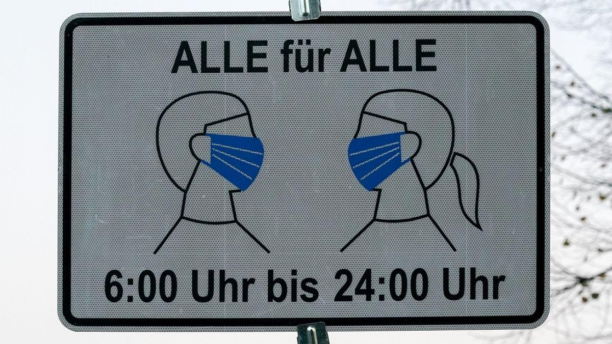 Ein Schild weist auf die Maskenpflicht hin (Symbolbild)