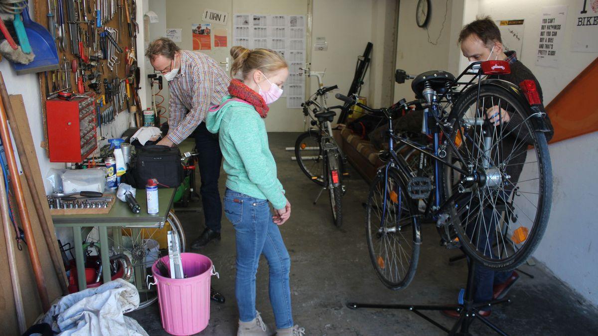 Charlotte und ihr Papa (rechts) haben bei der Fahrradreparatur Unterstützung von Hartmut Sakwa vom ADFC Regensburg bekommen.