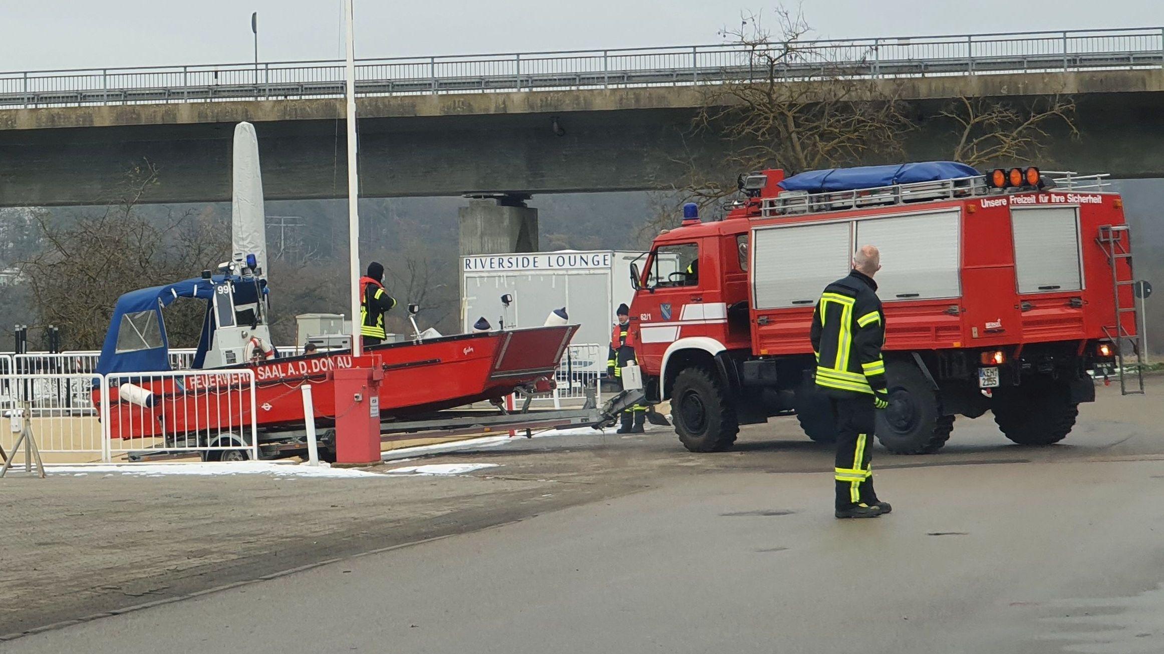 Einsatzkräfte und Wasserschutzpolizei an der Stelle, wo der Ölfilm auf der Donau entdeckt worden war