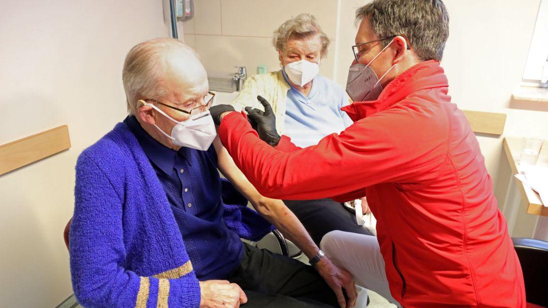 Corona-Impfung in einer Hausarztpraxis (Symbolbild)