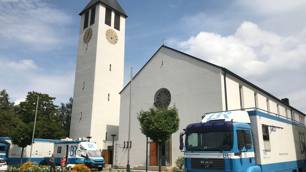 BR-Übertragungswagen vor der Kirche Sankt Elisabeth in Straubing