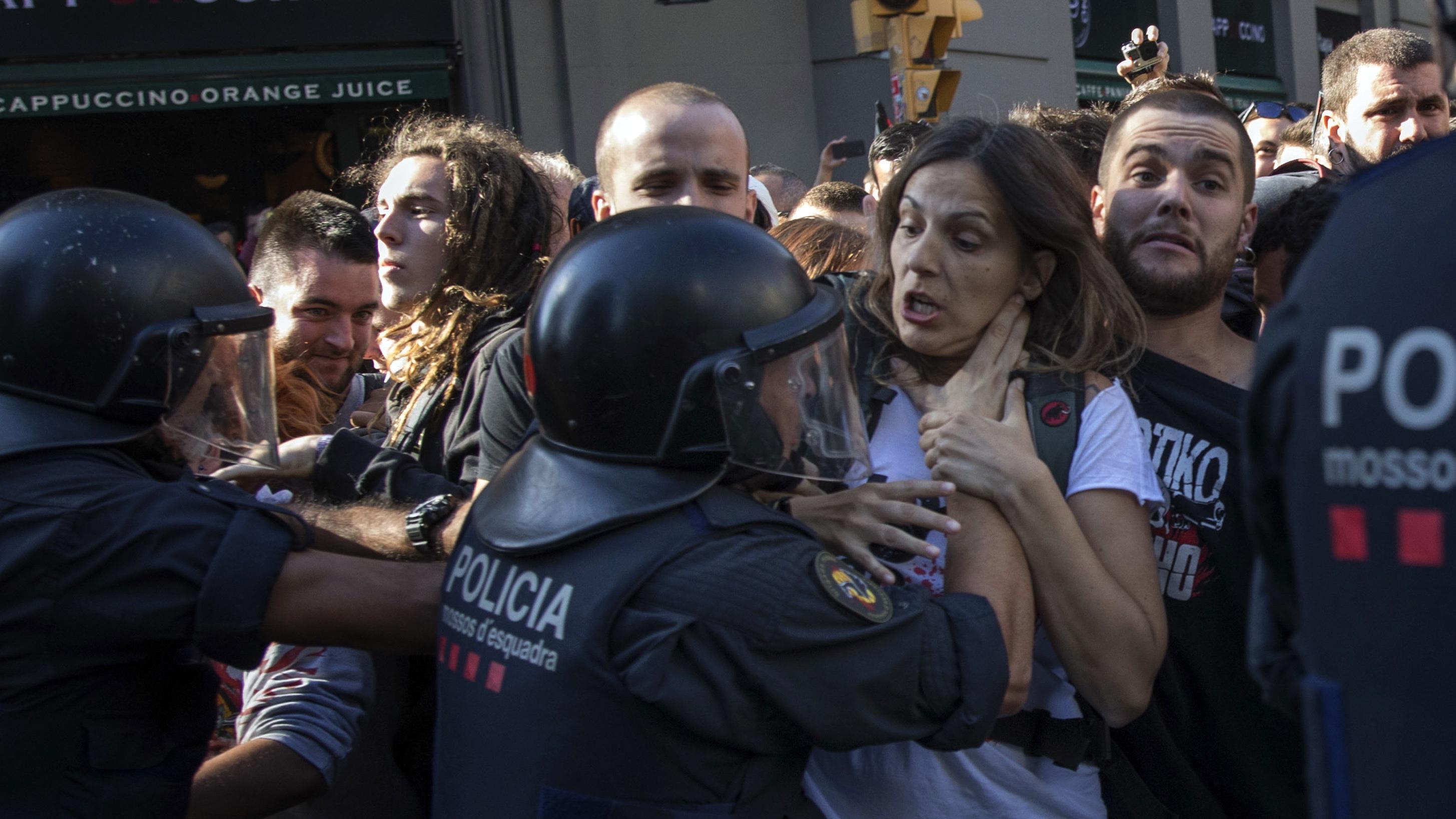Katalanische Polizisten versuchen die Demonstranten aufzuhalten