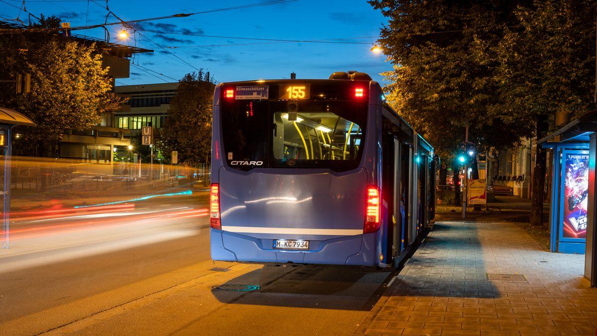 Ein Nahverkehrsbus der Linie 155 der Münchner Verkehrsgesellschaft (MVG) steht an einer Bushaltestelle.