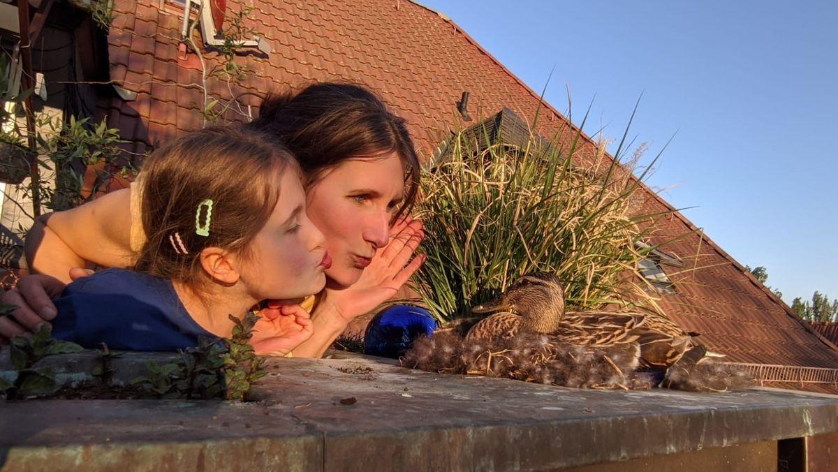 Ente Emma ist zu Besuch bei BR-Reporterin Christina Hass und ihrer Tochter Hannah