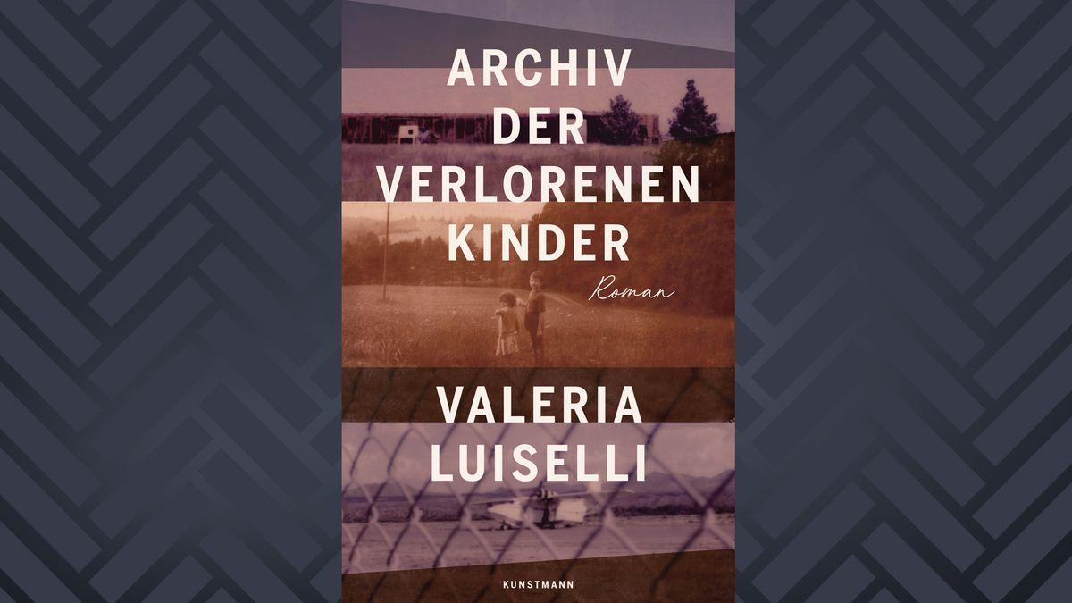 """Buchcover """"Archiv der verlorenen Kinder"""" von Valeria Luiselli (alte Forografien von zwei Kindern auf einer Wiese, einem Flugzeug und einem Grenzzaun)"""
