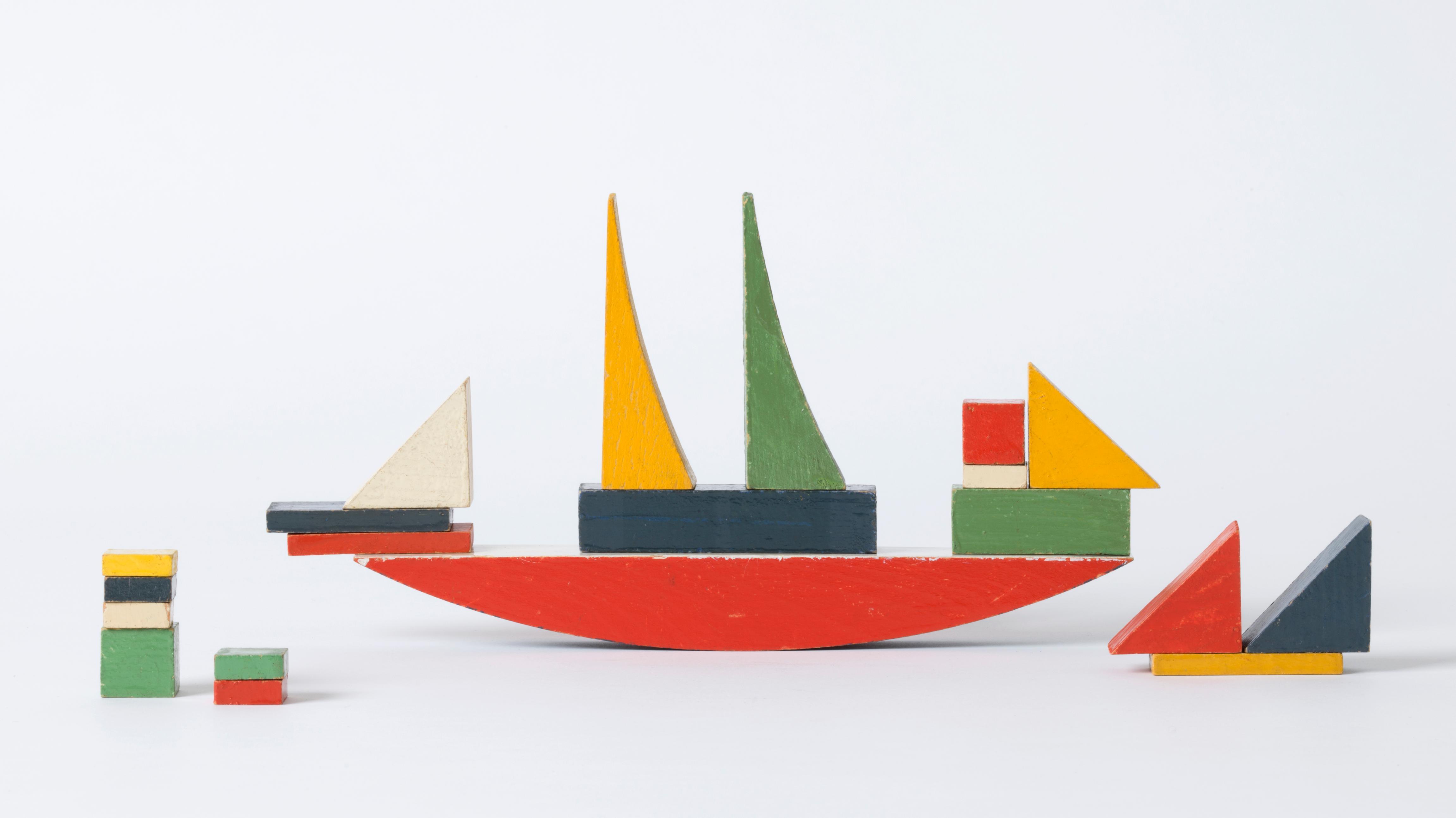 Kinderspielzeug von Alma Siedhoff-Buscher: Bunte Bauklötze formen ein Schiff mit Beibooten