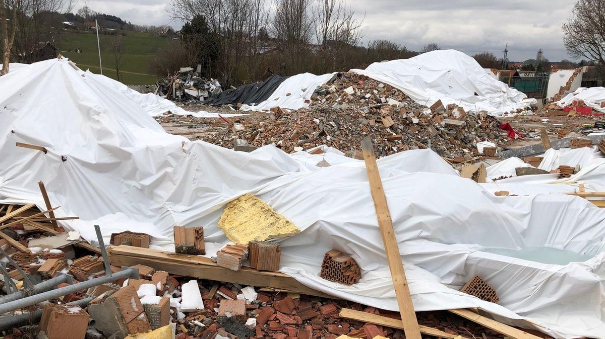 Das Vereinsheim des TSV Oberbeuren bei Kaufbeuren drei Wochen nach der verheerenden Explosion
