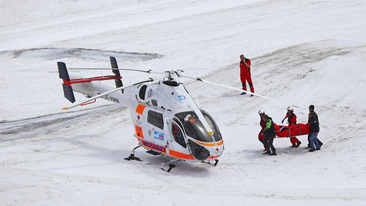 Rettungshubschrauber im Einsatz in einem Skigebiet in den Alpen.