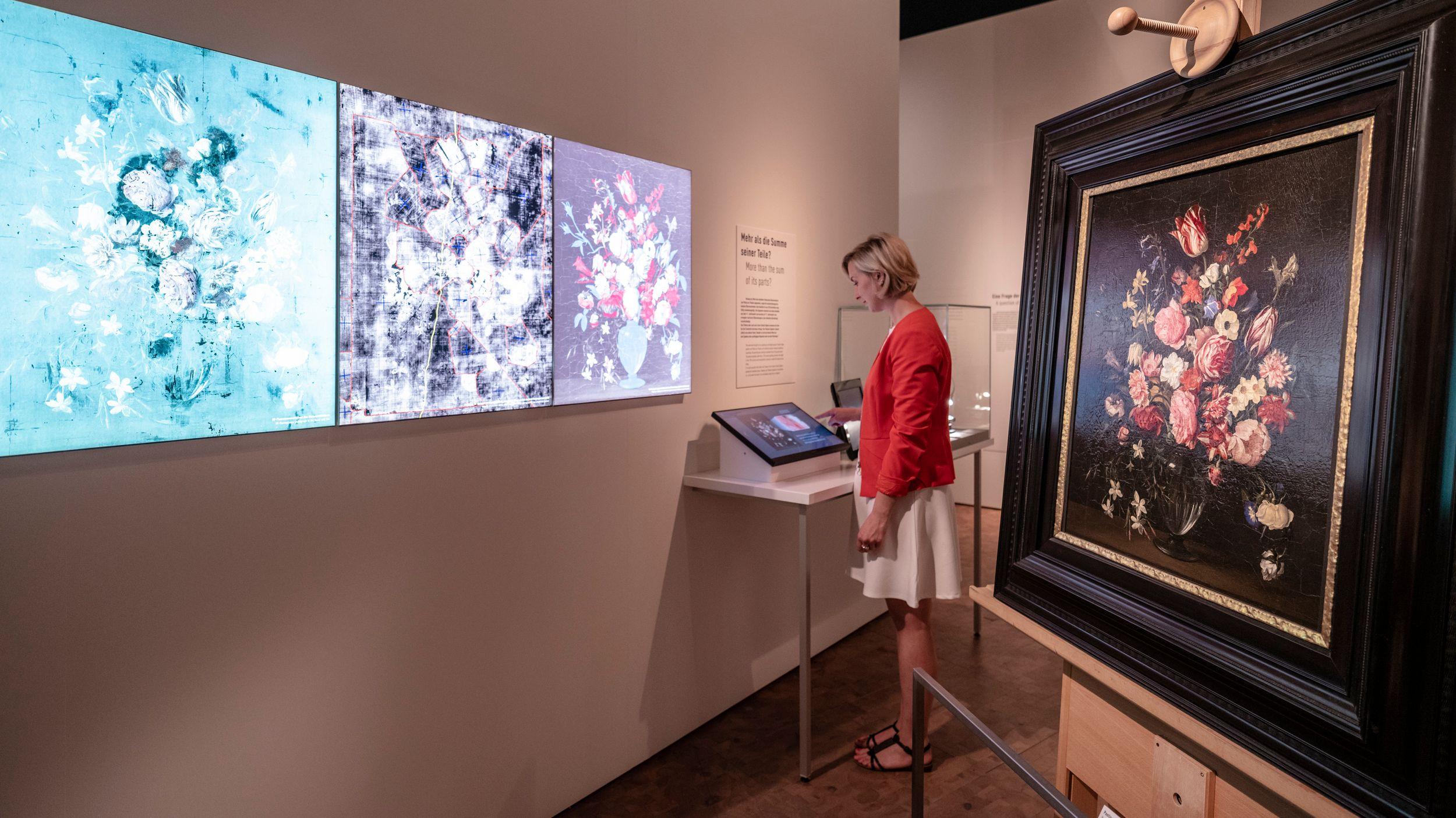 Eine Mitarbeiterin des Germanischen Nationalmuseums blickt auf einen Monitor