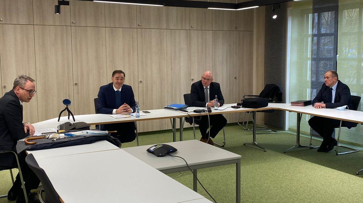 Pressekonferenz nach der Aufsichtsratssitzung mit OB Ulrich Pötzsch, Landrat Peter Berek, OB Oliver Weigel und der neue Geschäftsführer Alexander Meyer.