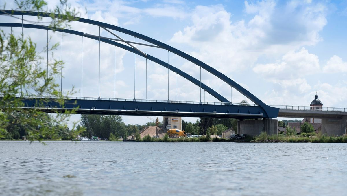 Die Mainbrücke zwischen Volkach und Astheim