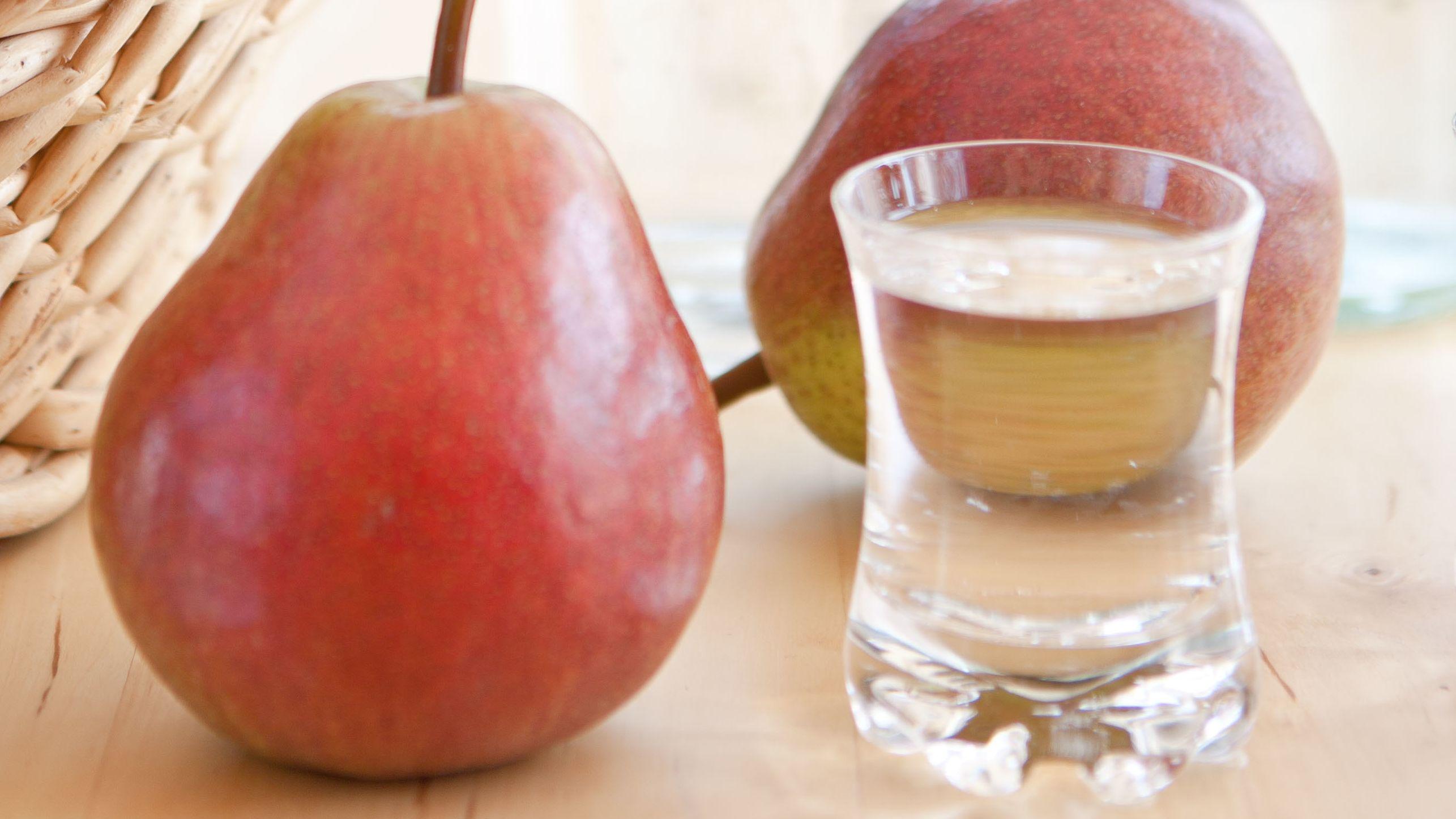 Eine Birne und ein Glas Schnaps