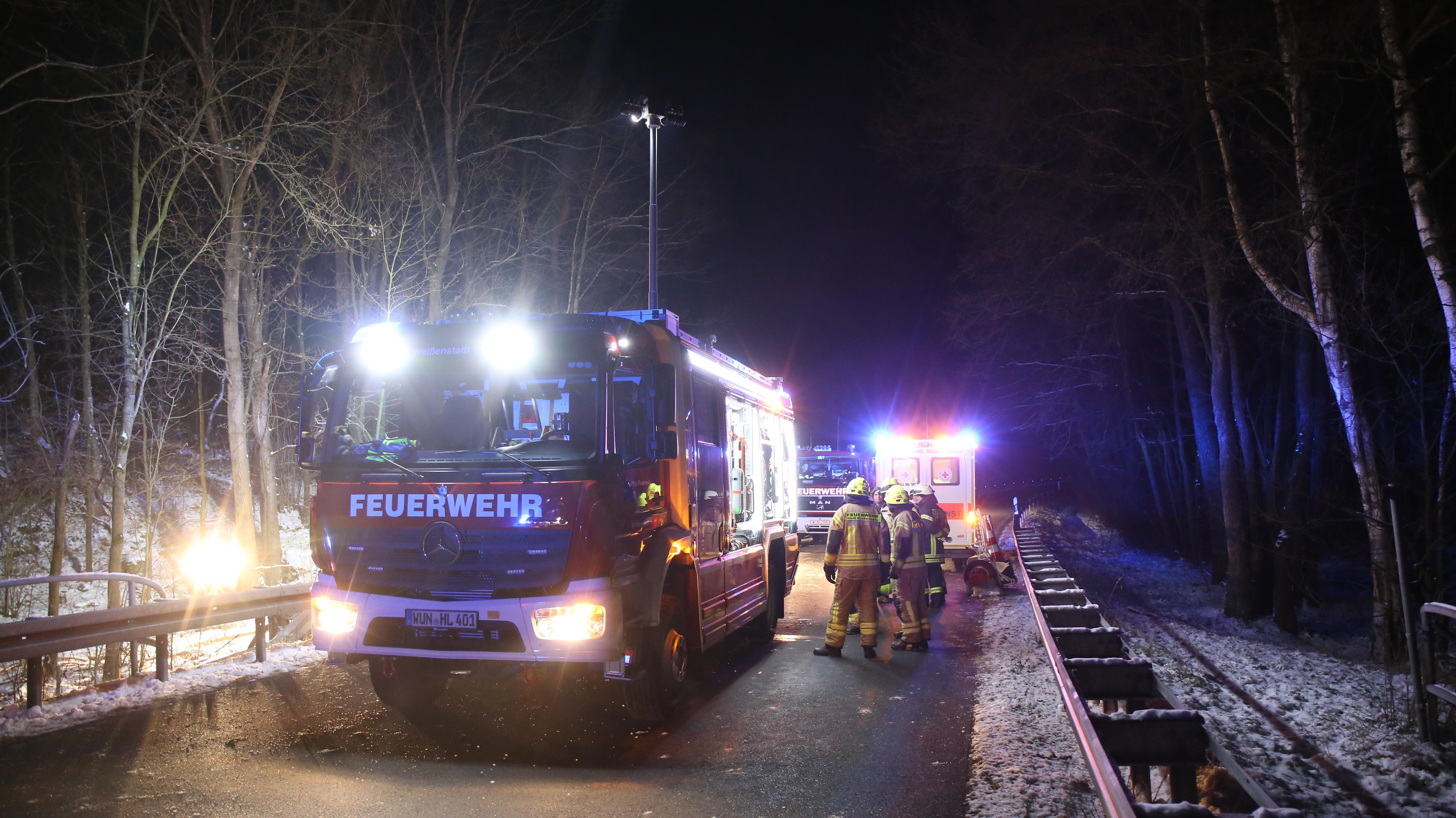Feuerwehreinsatzfahrzeug leuchtet Unfallstelle aus