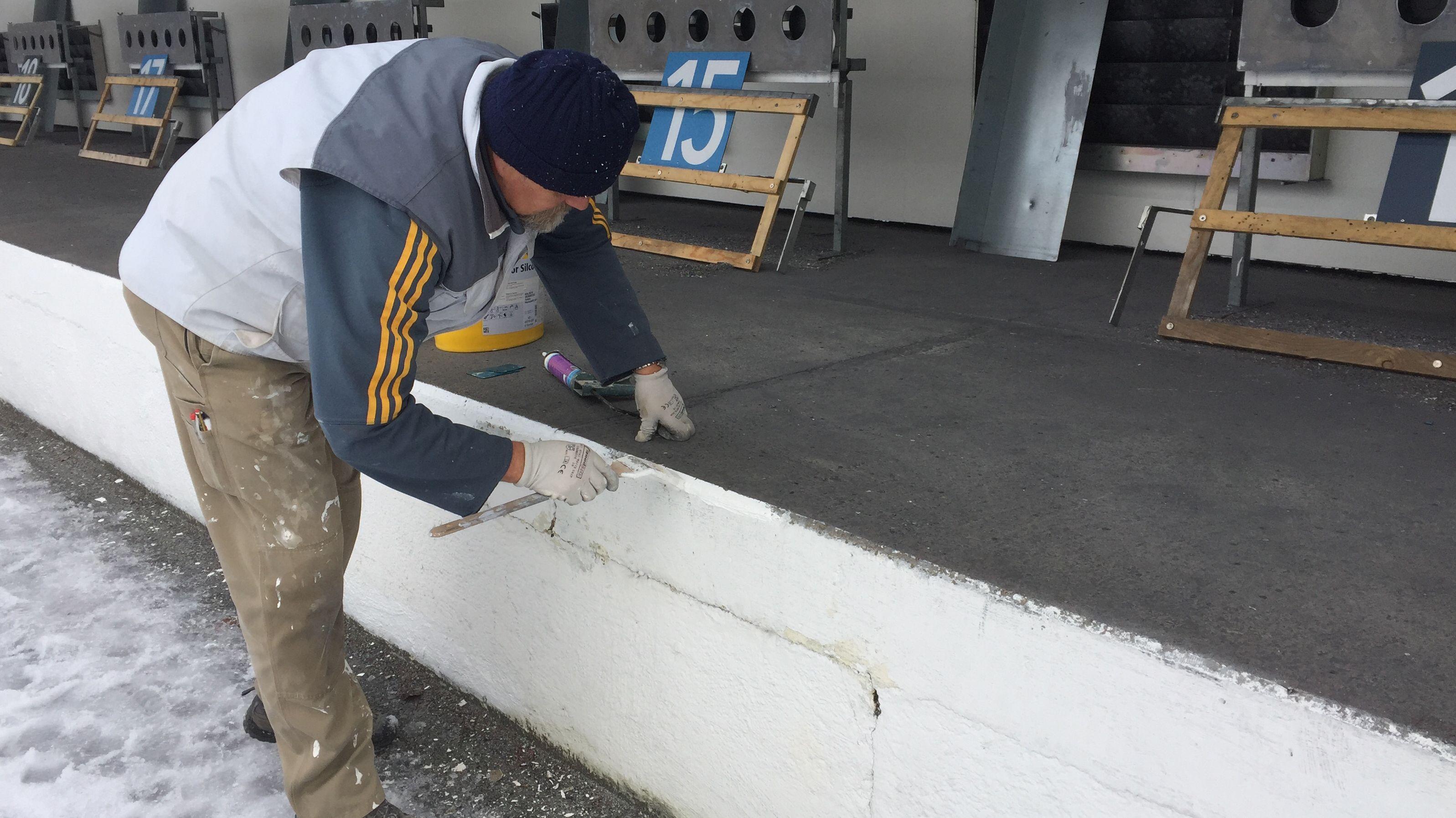 Ehrenamtlicher Mitarbeiter bei den Vorbereitungen zum Biathlon-Weltcup in Ruhpolding
