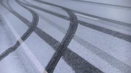 Reifenspuren im Schnee in Balderschwang | Bild:picture alliance/Karl-Josef Hildenbrand/dpa