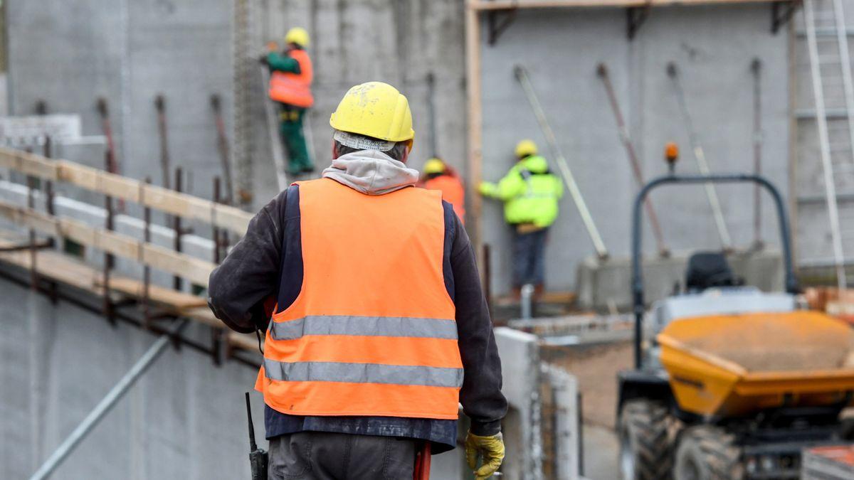 Symbolbild: Bauarbeiter auf einer Baustelle