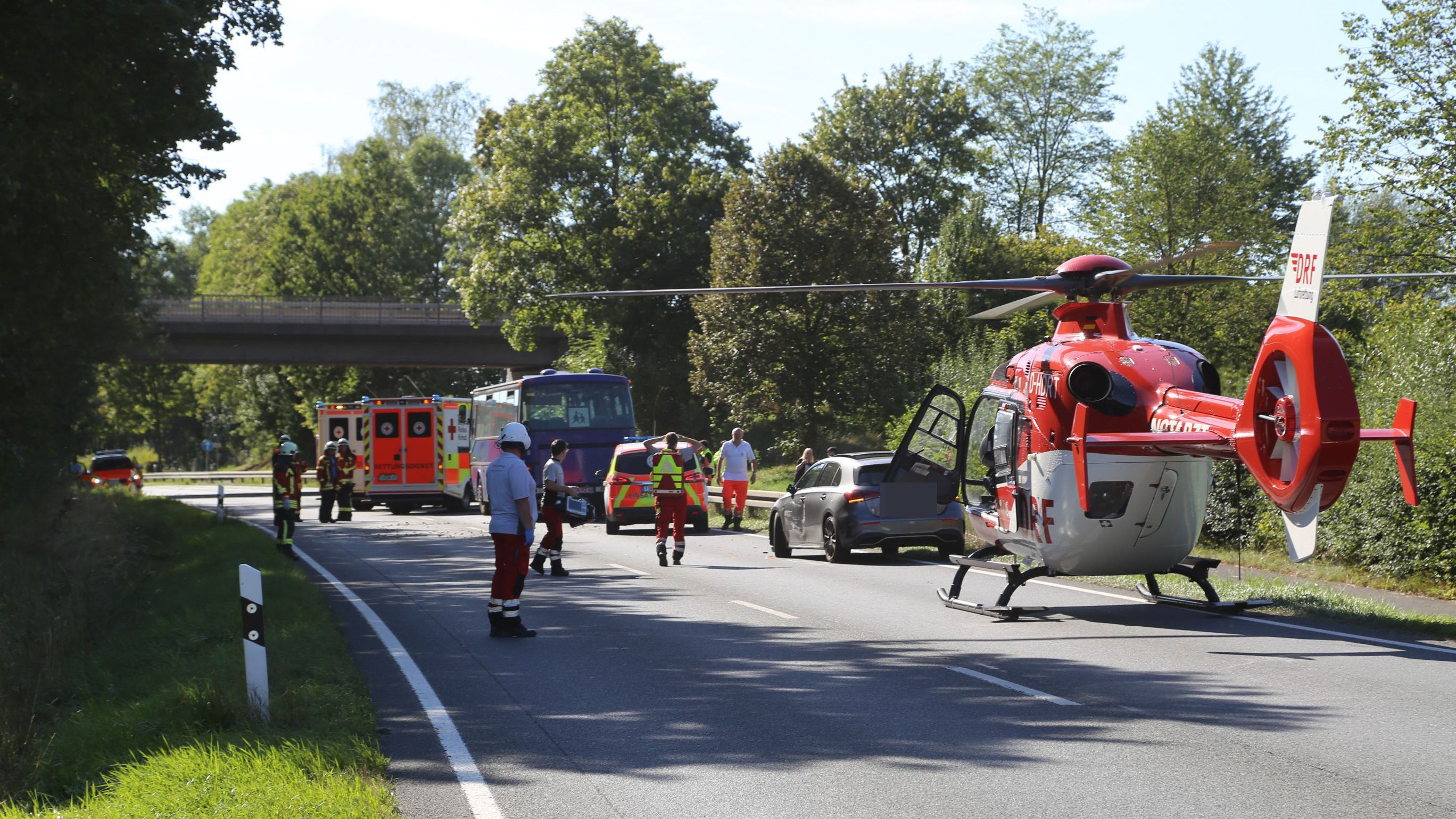 Der Unfall ereignete sich auf der B22 nahe Kemnath. Die Bundesstraße wurde wegen des Rettungshubschraubers für längere Zeit gesperrt.