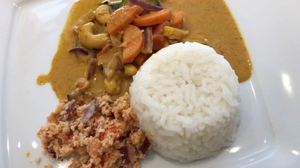 Reis mit Curry-Kokossauce (oben) und Kokos Sambal (links).