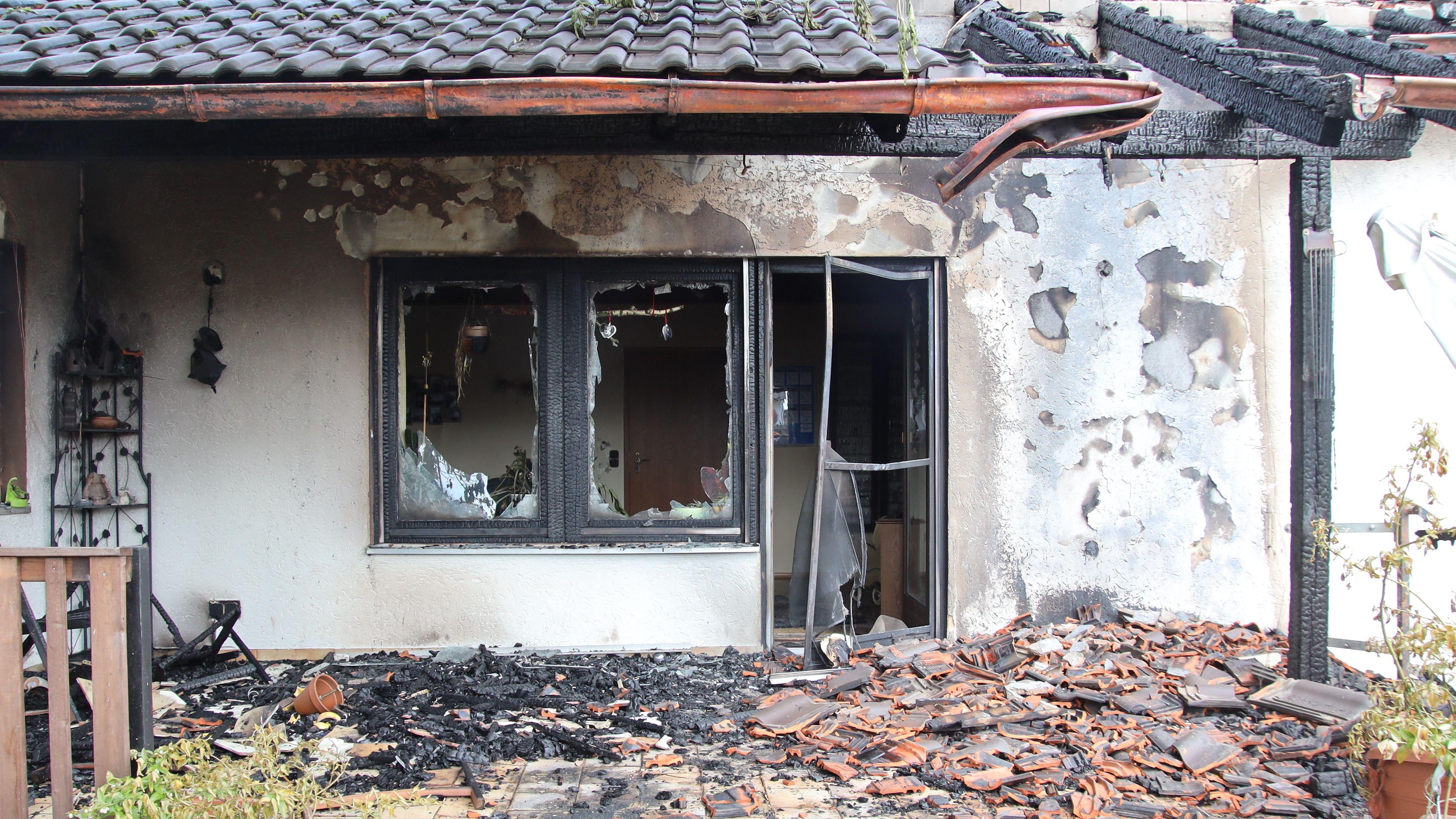 Das stark beschädigte Wohnhaus nach dem Ende der Löscharbeiten