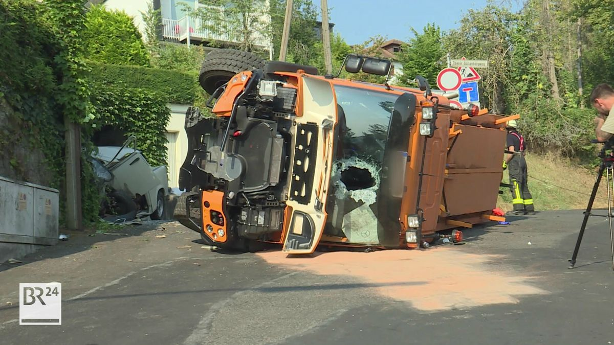 Teerfahrzeug kippt um und Fahrer kommt ums Leben