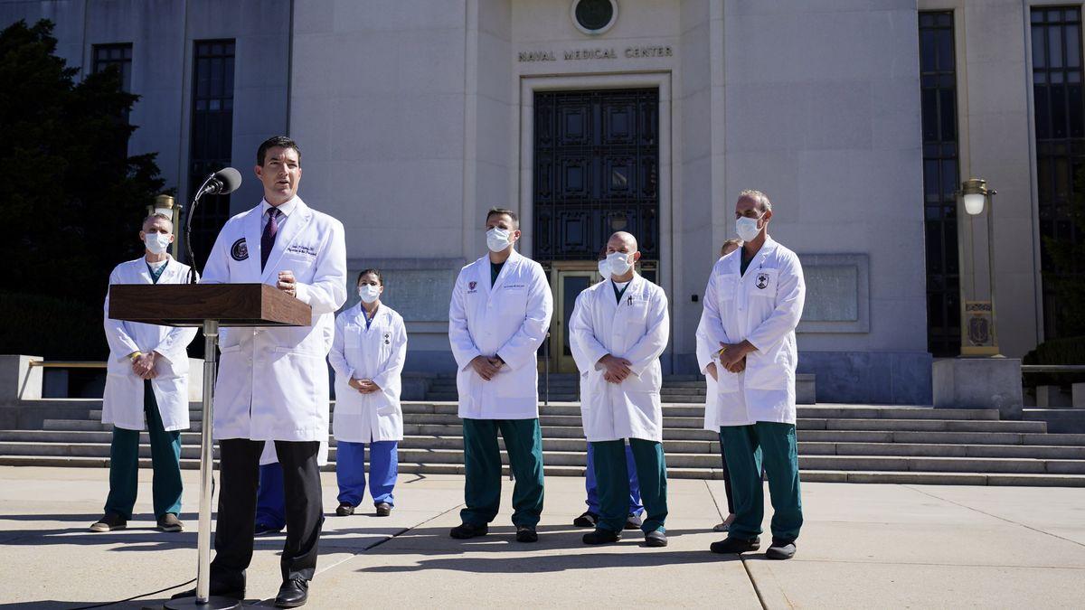 USA, Bethesda: Dr. Sean Conley (vorne), Arzt von US-Präsident Trump, informiert Journalisten vor dem Militärkrankenhaus Walter Reed in Bethesda.