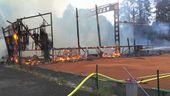 Einsatzkräfte der Feuerwehr löschen ein brennendes Holzgebäude. | Bild:BR