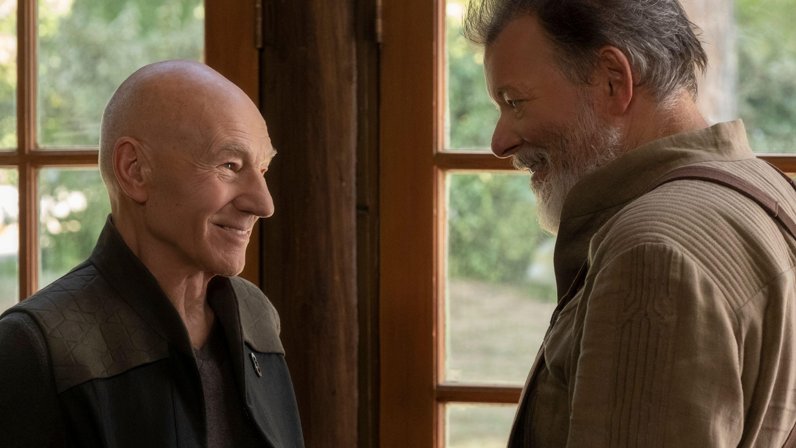 """Jean-Luc Picard (Patrick Stewart) besucht seinen ehemaligen ersten Offizier Will Riker (Jonathan Frakes) in """"Star Trek: Picard""""."""