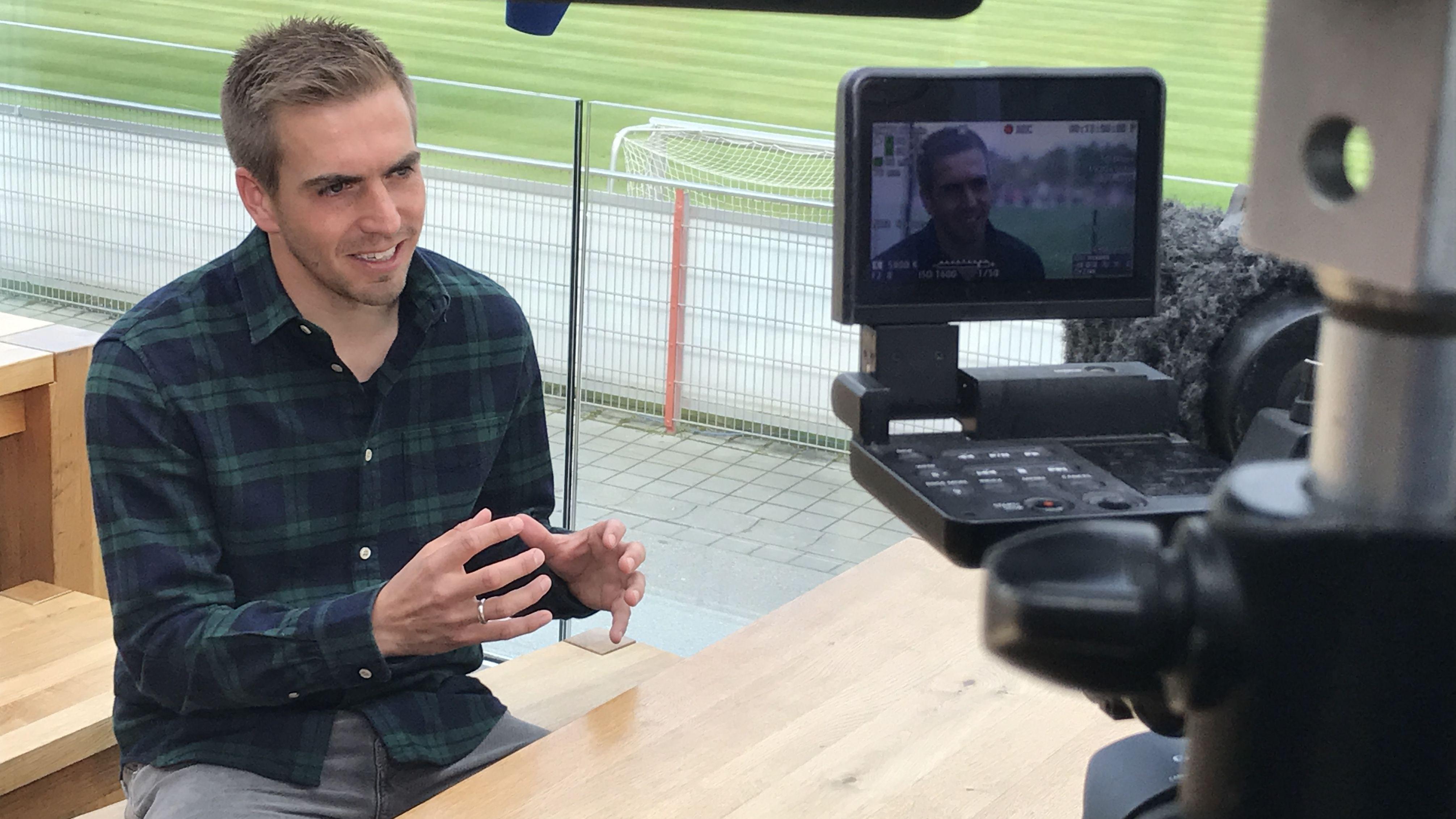 Ex-Fußballer Philipp Lahm bei Dreharbeiten auf dem Trainingsgelände des FC Bayern