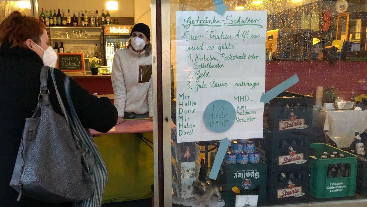 """Salon Regina"" verkauft Getränke mit nahem Verfallsdatum zum Selbstkostenpreis."