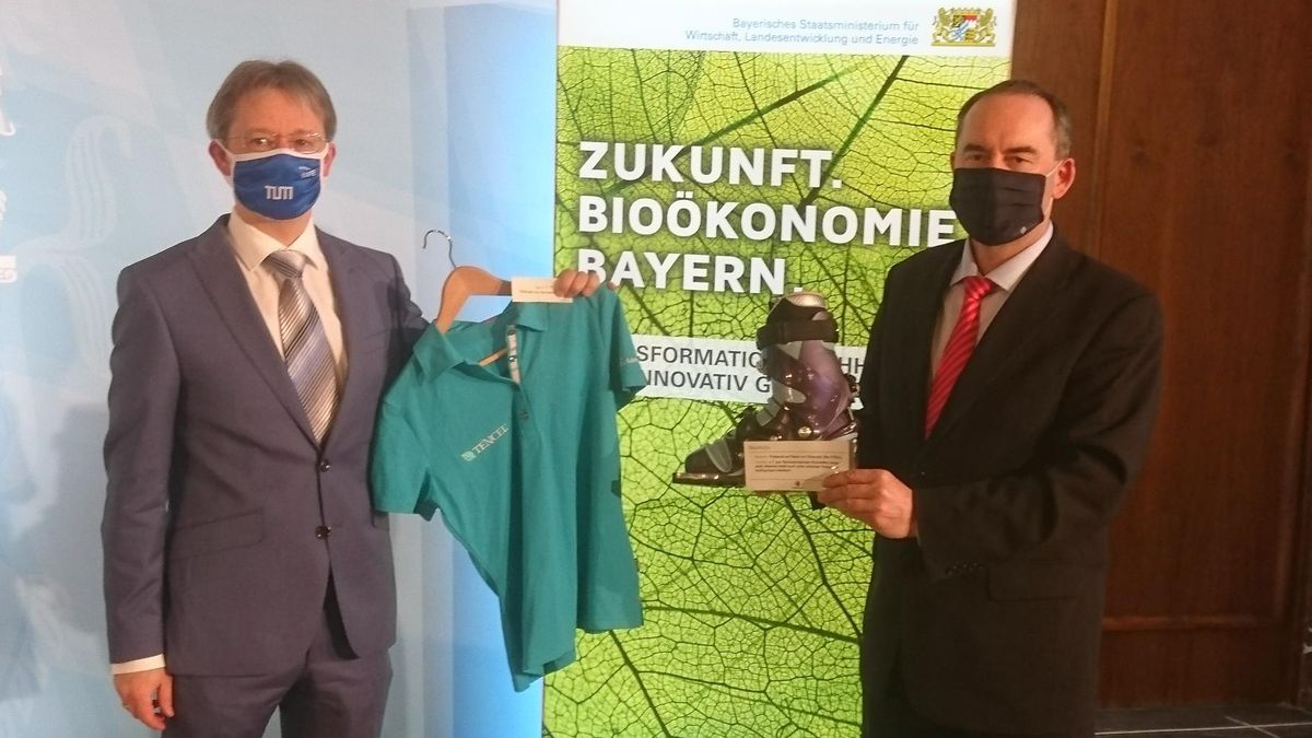Prof. Volker Sieber, Sprecher des Sachverständigenrates Bioökonomie Bayern und Wirtschaftsminister Hubert Aiwanger: Kleidung aus Bio-Rohstoffen