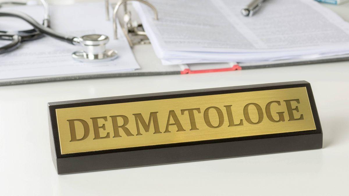 """Ein Tischaufsteller mit der Aufschrift """"Dermatologe"""""""